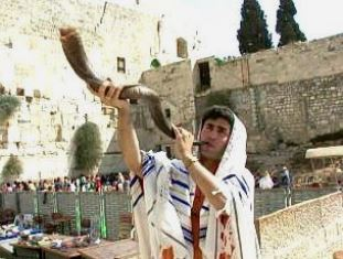 Daniel Rozen blows the shofar by the Western Wall