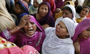 Pakistani Christian women moure the death of loved ones