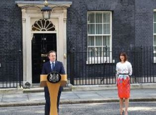 David Cameron resigns as wife looks on