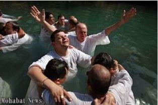 Smaller Muslim refugees getting baptized in Hamburg