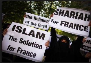 Fench Muslims with signs