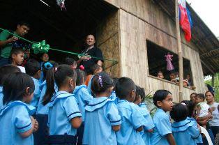 Children of Polish built school in the Philippines