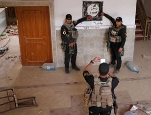 Syrian soldiers pose by Islamic State flag
