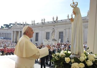 Pope prays before statue of Our Lady of Fatima