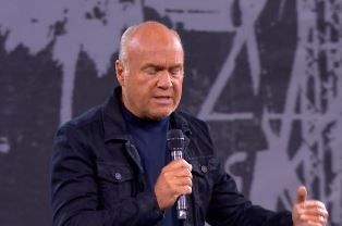 Greg Laurie preaching at SoCal in Aug 2016