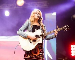 Singer at Harvest America Phoenix