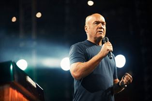 Greg Laurie preaching at SoCal Harvest Aug 2017