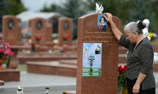 Woman mourns at Beslan cemetary