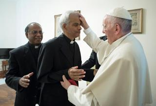 mi Pope Francis visibly moved by meeting Fr Uzhannalil.09 20 2017
