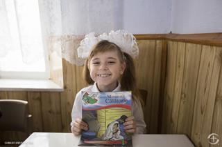 mi A child in Moldova shows off her copy of The Gretatest Journey.12 01 2017