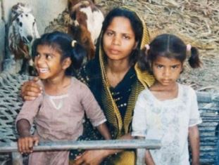 Asia Bibi with two of her daughters.JPG smaller