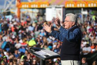 mi Luis Palau preaching to large crowds.01 18 2018