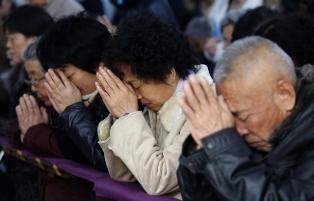 Chinese Christians in prayer smaller