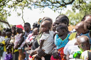 DRC Mothers and children queuing at smaller